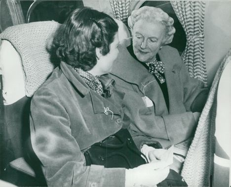 Clementine Churchill talking to her daughter Mary.