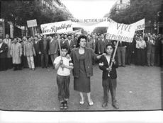 Long live the Republic - Demonstrations in support to De Gaulle  Many people, regardless of citizenship, greeted de Gaulle's return to power as the breakthrough needed to end the hostilities.