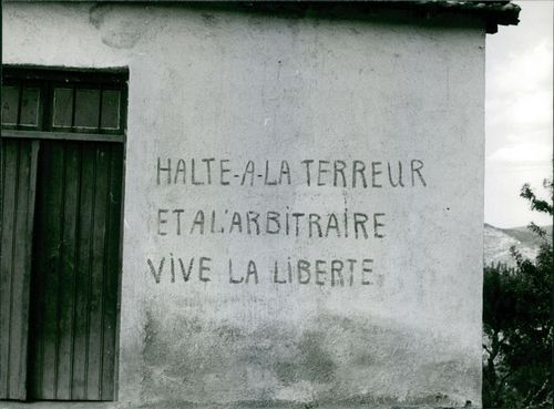 A person wrote a note in French to wall that they're asking to stop an abrupt stop of terrorism.