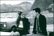 """Matthew Perry as Alex Whitman and Salma Hayek as Isabel Fuentes-Whitman in a scene from the film """"Fools Rush In"""", 1997."""