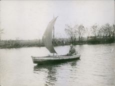 Soldier sailing on a small boat during Tyskland war, 1915.
