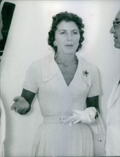 Wife of Stavros Niarchos, Eugenia Livanos in a conversation with men, 1962