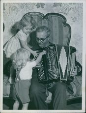 Calle Jularbo playing the accordion with the children, 1950.