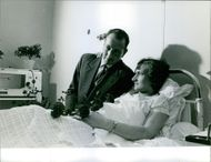 Parents of French quintuplets, Postman Raymond Sambor visiting his wife Monique at the hospital. 1964.