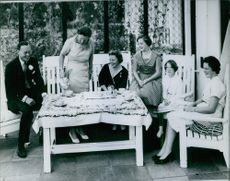 Queen Juliana and Prince Bernhard with their children, Princess Beatrix, Princess Margriet, Princess Irene, and Princess Christina and having a tea together, 1962.