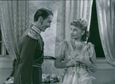 Lauritz Falk as Lennart Heijken and Vibeke Falk as Viveka Langfeldt in a scene from the film Klockan på Rönneberga (The clock on Rönneberga), 1944.