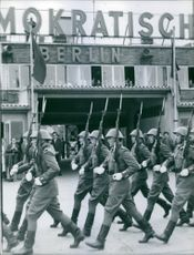 Soldiers marching in the street during Tyskland war.