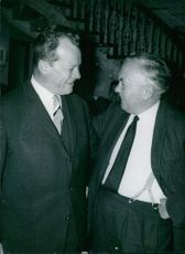 Willy Brandt and Harold Wilson are talking intimately, 1964.