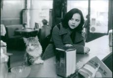 Christina Ricci as Patti Randall and the cat as Elvis in the film That Darn Cat, 1997.