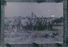 People gathered in the field during Tyskland war, 1918.