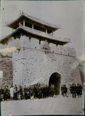 Soldiers gathered in front of the temple during the Tyskland War, 1904.