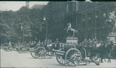 Soldiers gathered in  the street with their chariot and horses during the Tyskland war, 1914.