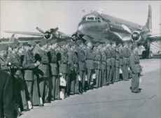 Soldiers gathered in the airport during the Tyskland war, 1951.