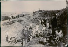 Soldiers gathered and working in the cliff during Tyskland war, 1905.