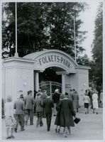 People walk at the entrance of the Folket Park. 1939