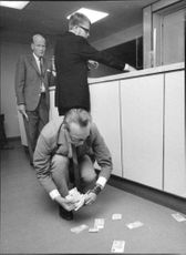 Bank coup against Credit Bank office at Värtavägen. Seen here is bank manager Leif Jansson gather notes that the robbers dropped in flight