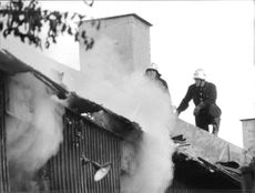 Firefighters on the roof of eldhärjat condemned the Skånegatan 18 on the South.
