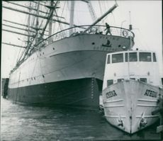 Barken Viking, who wore its moorings, pushed the Göta Channel Company Athena hard to the dock.