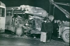 A GDG bus collided with a tram trains on Götaälvbron. The bus has to be lifted by crane Unden after the violent clash.