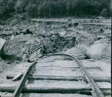 At the line boundary line the railway line was broken and the rail was broken in a steep loop towards the masses