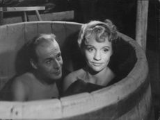 Hasse Ekman and Gunn Wållgren in bathtub.