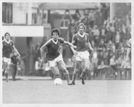 Paul Mariner and Frans Thijsen are fighting for the ball