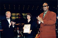 King Carl Gustaf handles the Polar Prize to the musician Stevie Wonder in the Berwald Hall