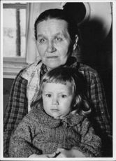 A woman photographed with a child during the Winter war.