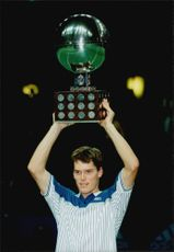 Thomas Enqvist defended his title in the Stockholm Open when defeating the American Todd Martin more three straight in the final.