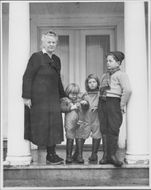 Marie Hamsun together with three of her grandchildren