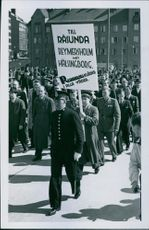 With Sven Livgardes music, who invigorated the new Solna Autostradan, a couple of thousands of stockholmers marched out to the Year's Premiere. 1942.