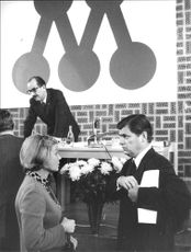 Ingrid and Ynve Holmberg talks during the Conservative Party's meeting on Åsö Gymnasium