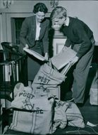 Liljevalchs. Preparations for the stamp exhibition. The picture shows Mrs Thorvi Blomberg and the son Peter packing up