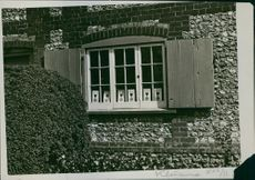 There are no slackers here A visitor walking round the coast will observe with curiosity the enormous number of country cottages showing in their windows cards.1935.