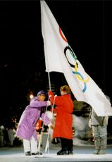 Mayor Nagano receives the OS flag by Juabn Anonio Samaranch, president of the IOC.