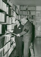 King Gustaf Adolf examines a book together with the Institute's writer file. IIc. Carl Gustaf Styrenius