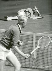 Svenska Davis Cup team at Wimbledon. In the picture, Jan-Erik Lundqvist is in action while Ulf Schmidt rests on the lawn