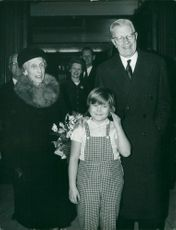 """""""Tjorven"""" Maria Johansson together with the royal couple. Queen Louise and King Gustaf VI Adolf"""