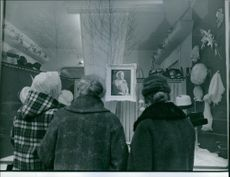 People standing and looking at the photograph of Princess Wilhelmina. 1962
