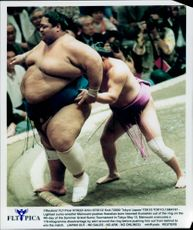 The lightest Sumo rider Mainoumi puts heaviest Konishiki out of the ring at the Summer Grand Sumo Tournament.