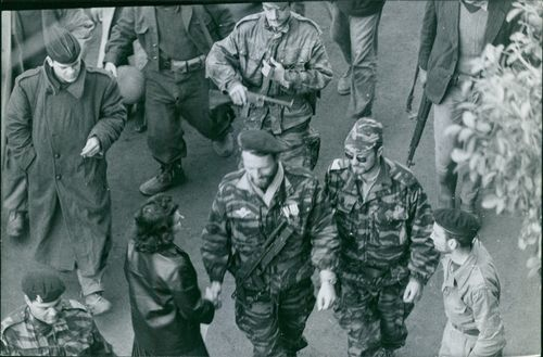 A press woman shake hands with an army official in Algier.