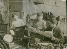 People making a artificial legs during First World War.