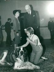 """Queen Louise and King Gustaf VI Adolf meet Maria Johansson """"Tjorven"""" with the dog """"Boatman"""""""