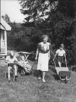 "Johan Jonatan ""Jussi"" Björling's wife on ground with children."