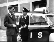 Police Inspector Karl Spjut in conversation with colleague Gunnar Blixt.