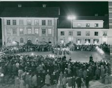 Festivities on New Year's Night when Drothem and Skönberga united with Söderköping town to a large municipality. The picture shows the feast on Rådhustorget where a large crowd gathered for the festivities