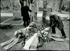 Clarence von Philip, sister's son to August Strindberg put a wreath on the grave of the 75th anniversary of Strindberg's death day.