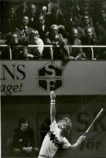 Hans Simonsson serves in an unknown competition context.