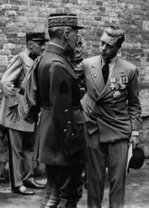 Duke of Windsor talking to a Genaral