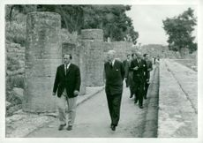 King visiting Olympia. Next to him, Dr. Bartels. Behind him ambassador Tage Grönwall